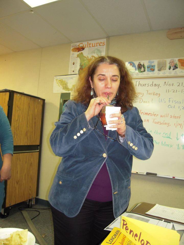 Penélope, la  profesora de Inglés de Enri, tomando mate durante su exposición del trabajo final sobre Argentina.