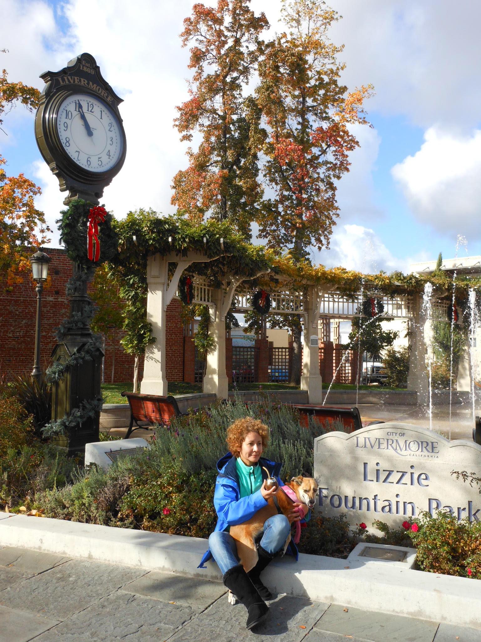"""En las esquinas más importantes del centro: calles First and Livermore.  El característico reloj y la fuente """"Lizzie Fountain Park"""""""